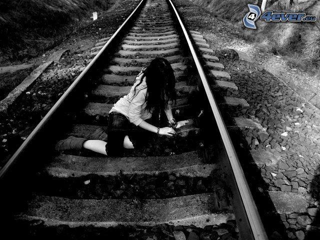 chica en los rieles, tristeza, ferrocarril