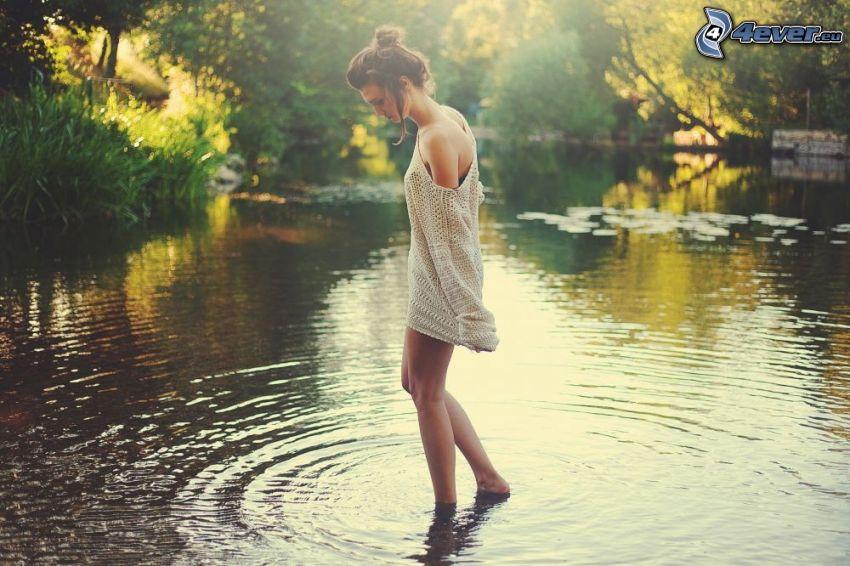 mujer en agua, lago