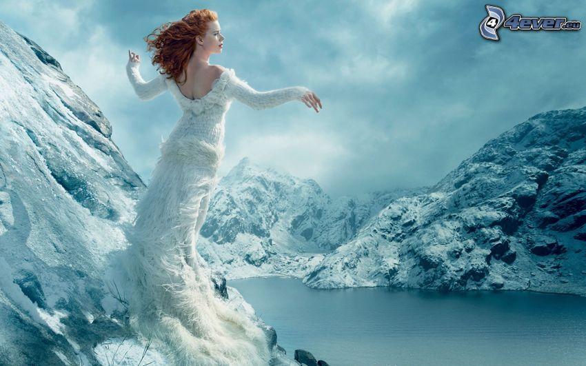 pelirroja, vestido blanco, colinas cubiertas de nieve, lago