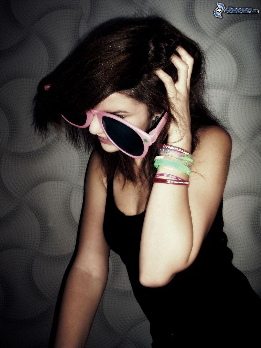 su imagen de niña, gafas de sol, pulseras