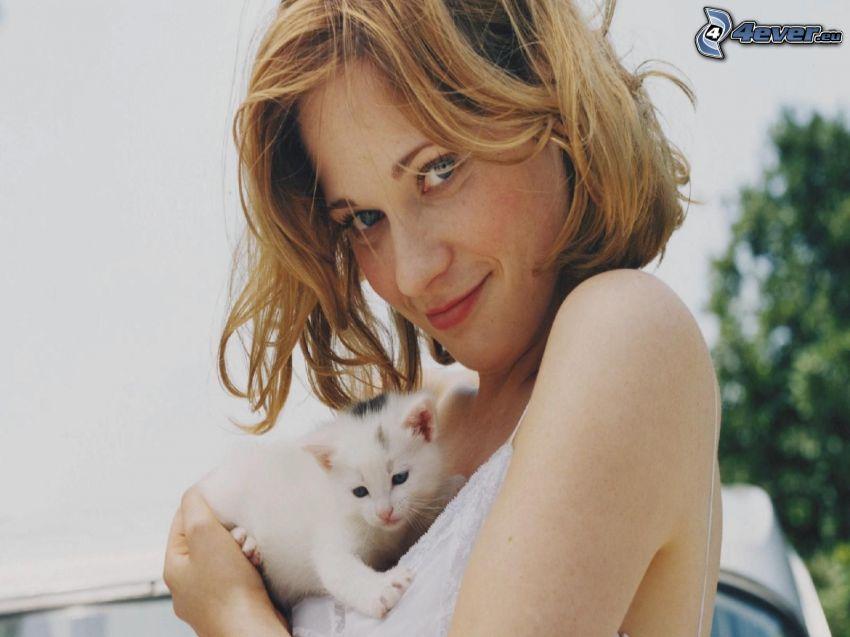Zooey Deschanel, gatito blanco