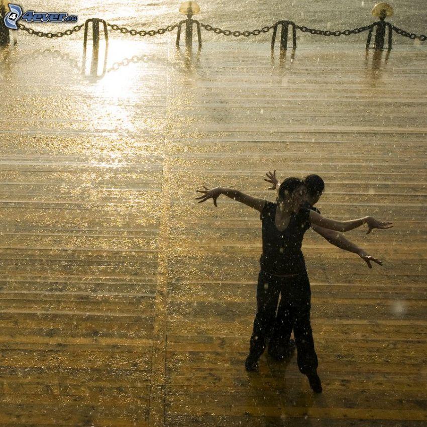 bailando bajo la lluvia, pareja