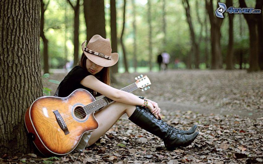 chica con guitarra, mujer en el parque
