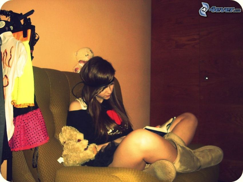 chica con libro, niña con peluche
