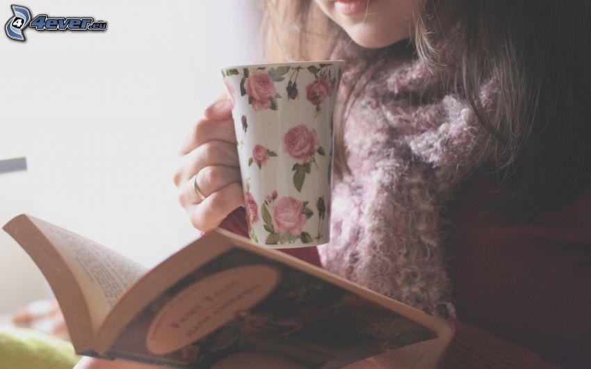 chica con libro, taza