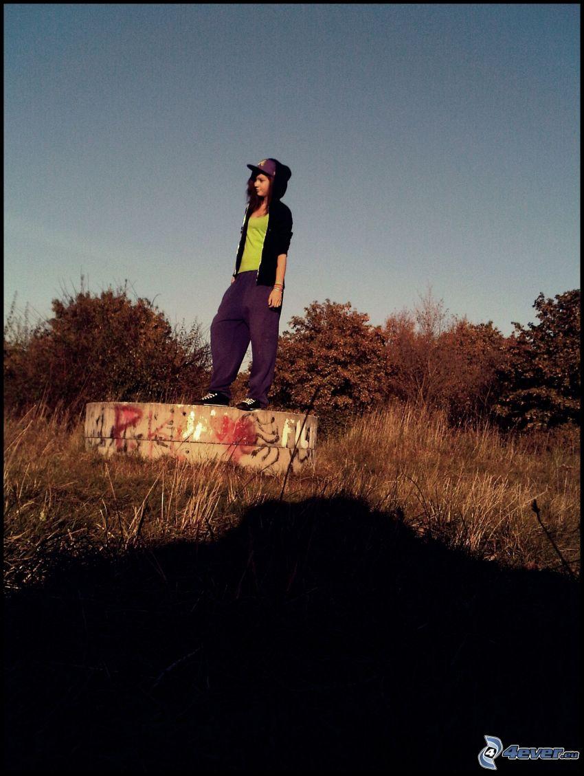 chica en el prado, cielo, árboles, hip hop