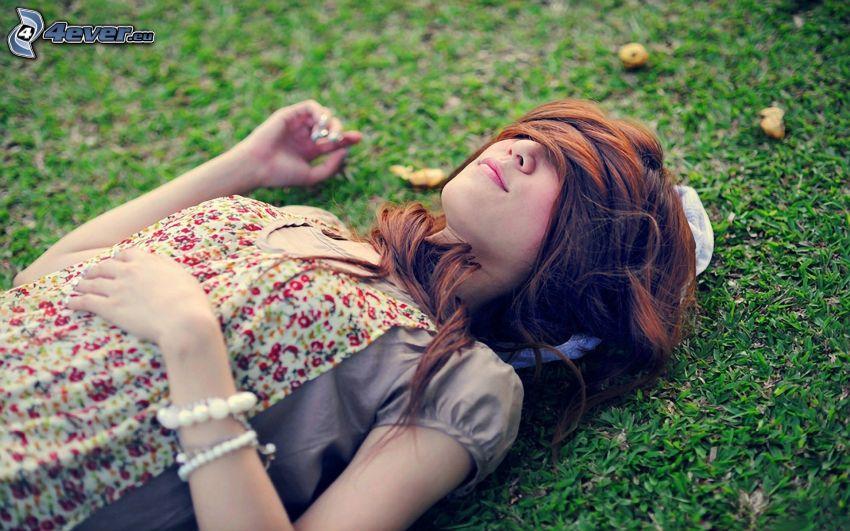 chica en el prado, descanso