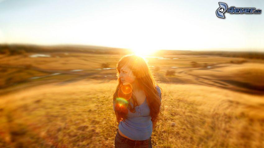 chica en el prado, salida del sol
