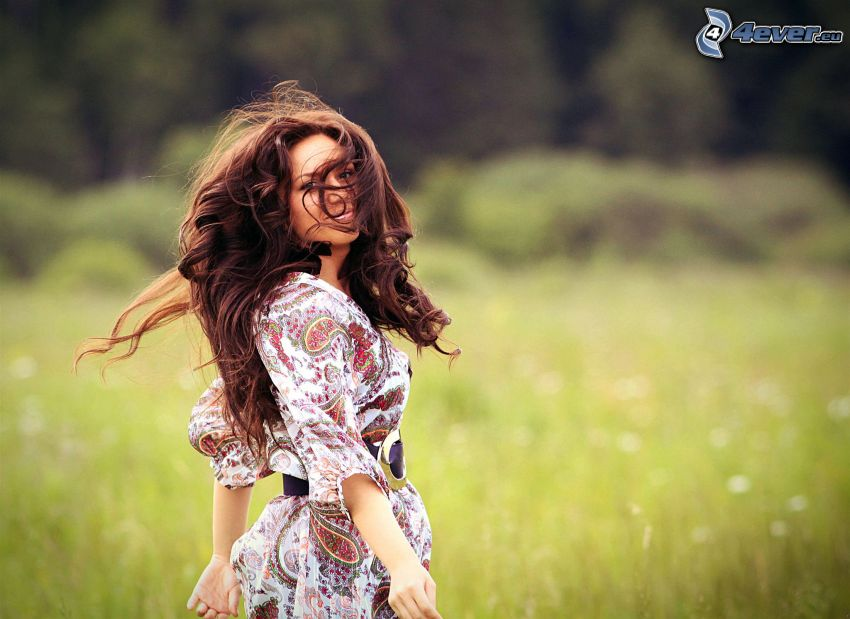 chica en el prado