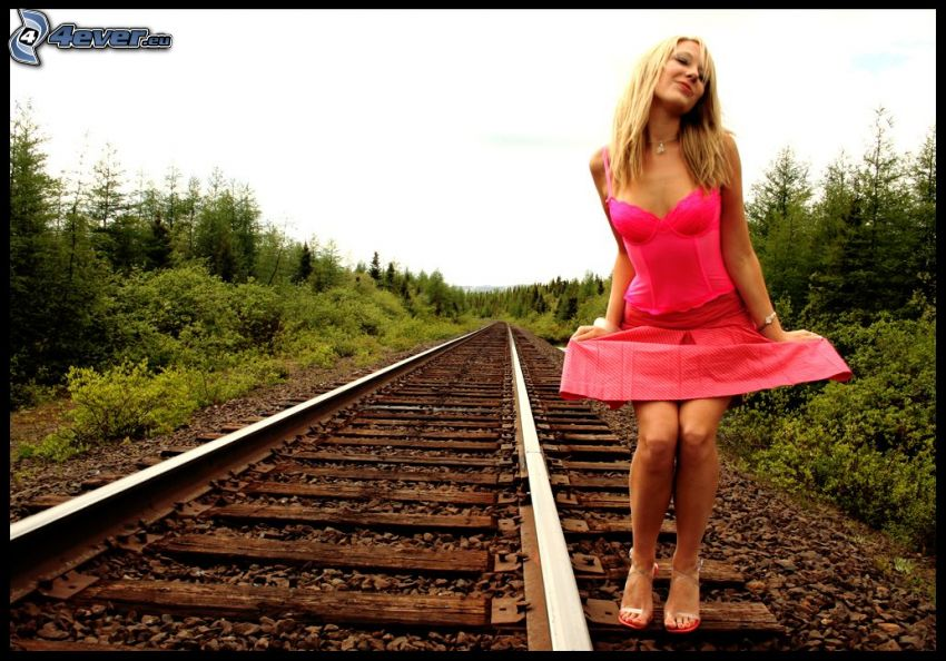 chica en los rieles, vestido de color rosa