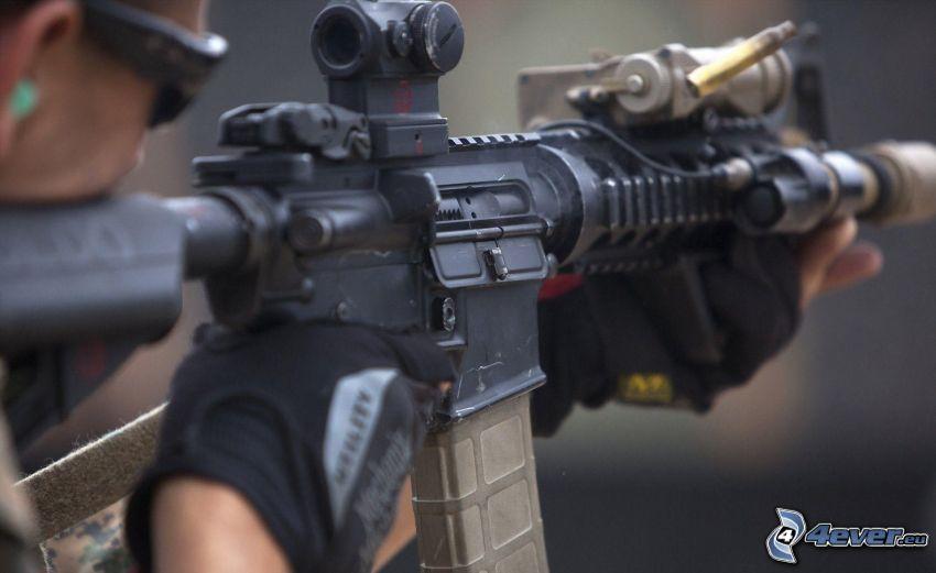 hombre con arma, metralleta