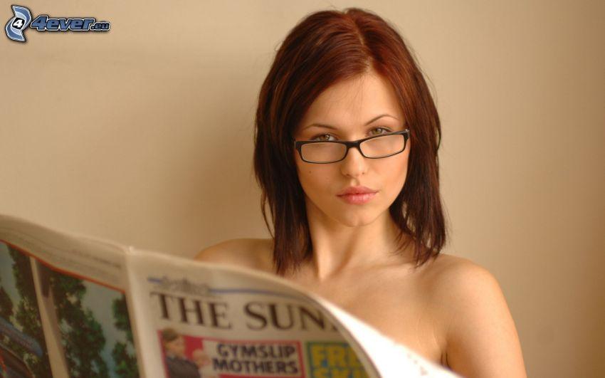 Iga Wyrwal, chica con gafas, pelirroja, periódico