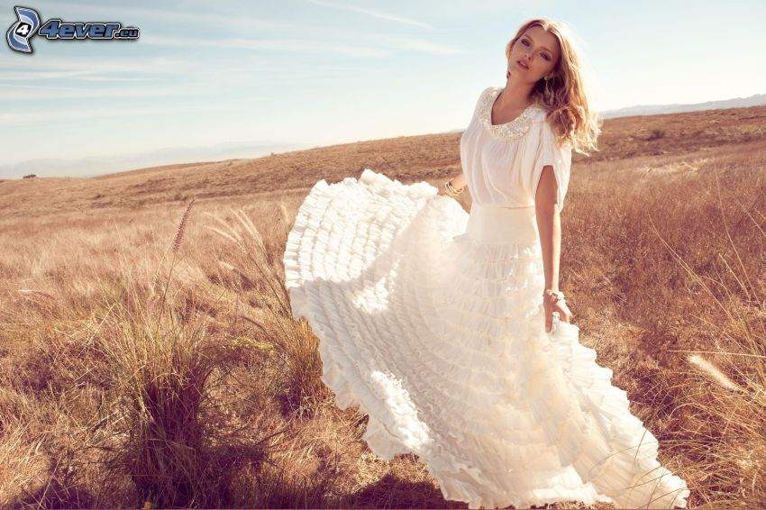 Lily Donaldson, chica en el campo, vestido blanco