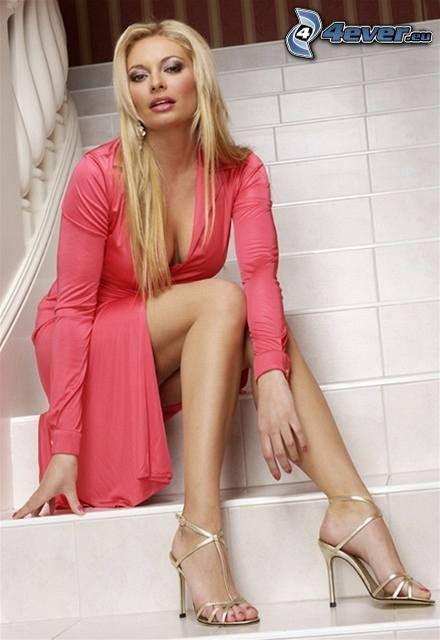 Lucie Borhyová, mujer, escalera, vestido de color rosa