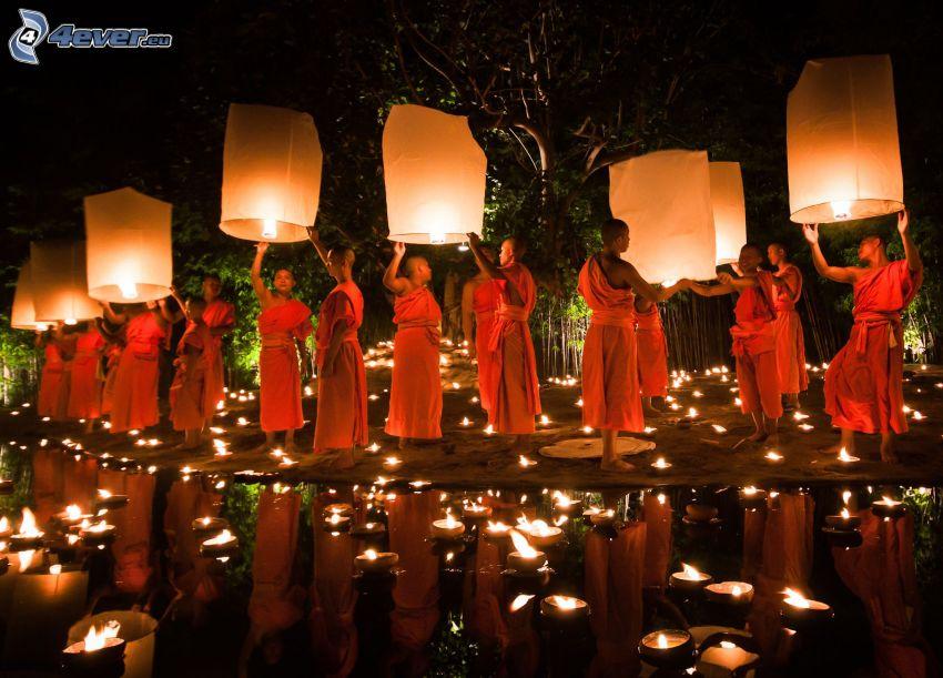 monjes, linternas suerte, velas, reflejo