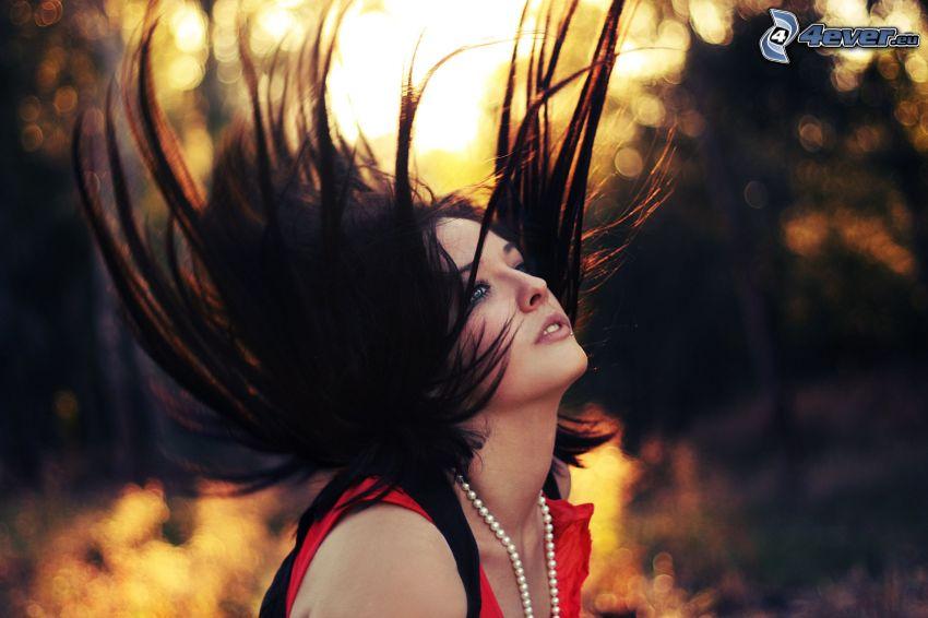 morena, cabello volando, pelo oscuro