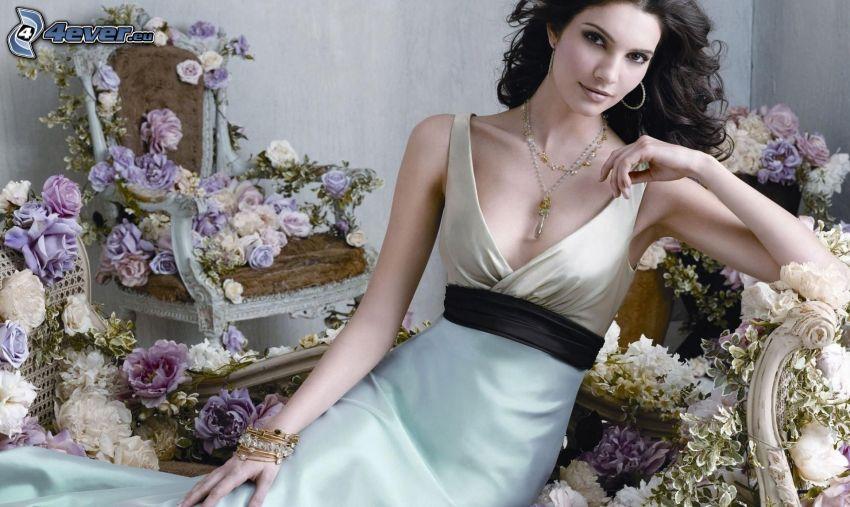 morena, vestido blanco, flores