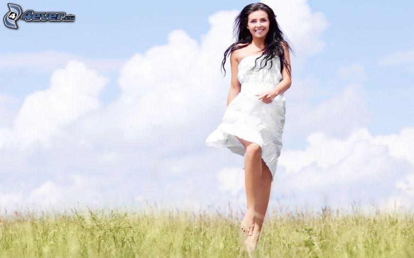 morena, vestido blanco
