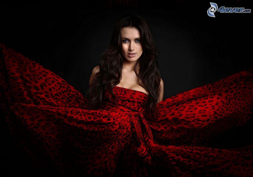 morena, vestido rojo, diseño de leopardo