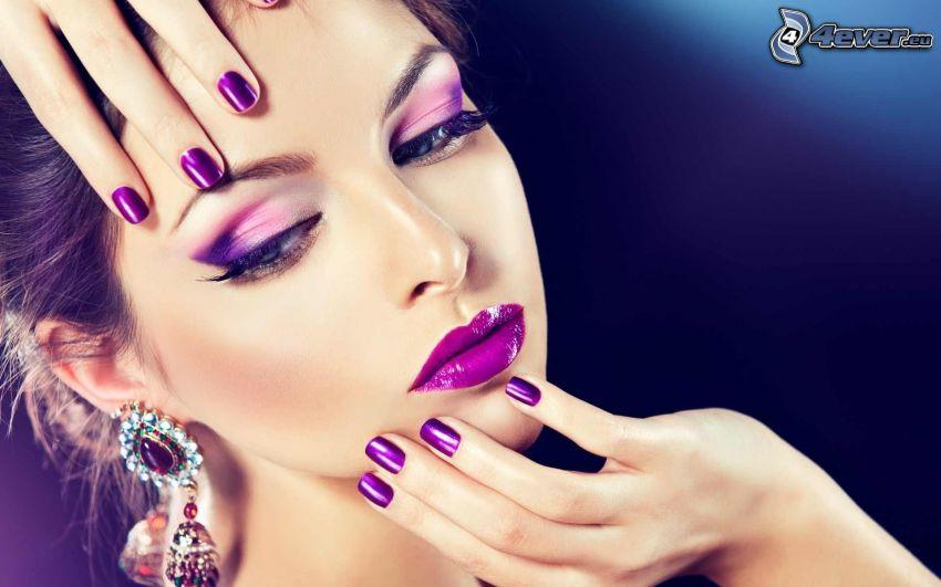mujer con maquillaje, uñas pintadas, labios púrpura, pendientes