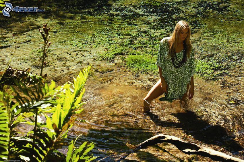 mujer en agua, pantano
