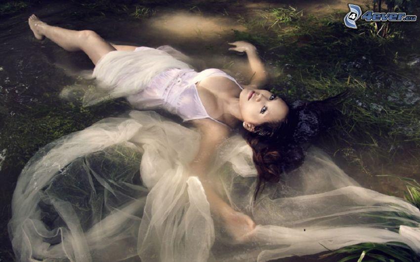 mujer en agua, vestido blanco, pantano