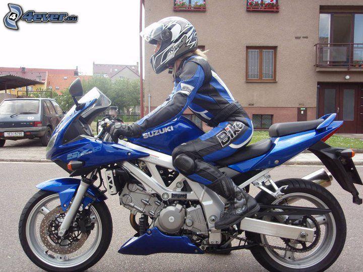 mujer en una motocicleta