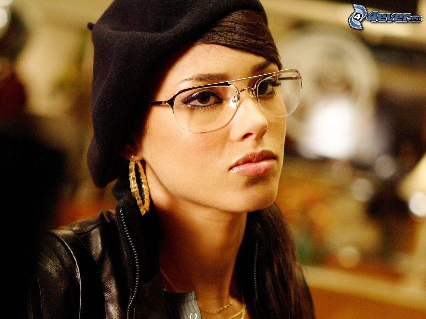 Alicia Keys, mujer con gafas
