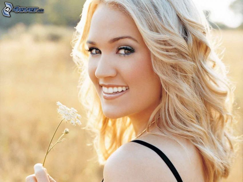 Carrie Underwood, sonrisa, flor blanca