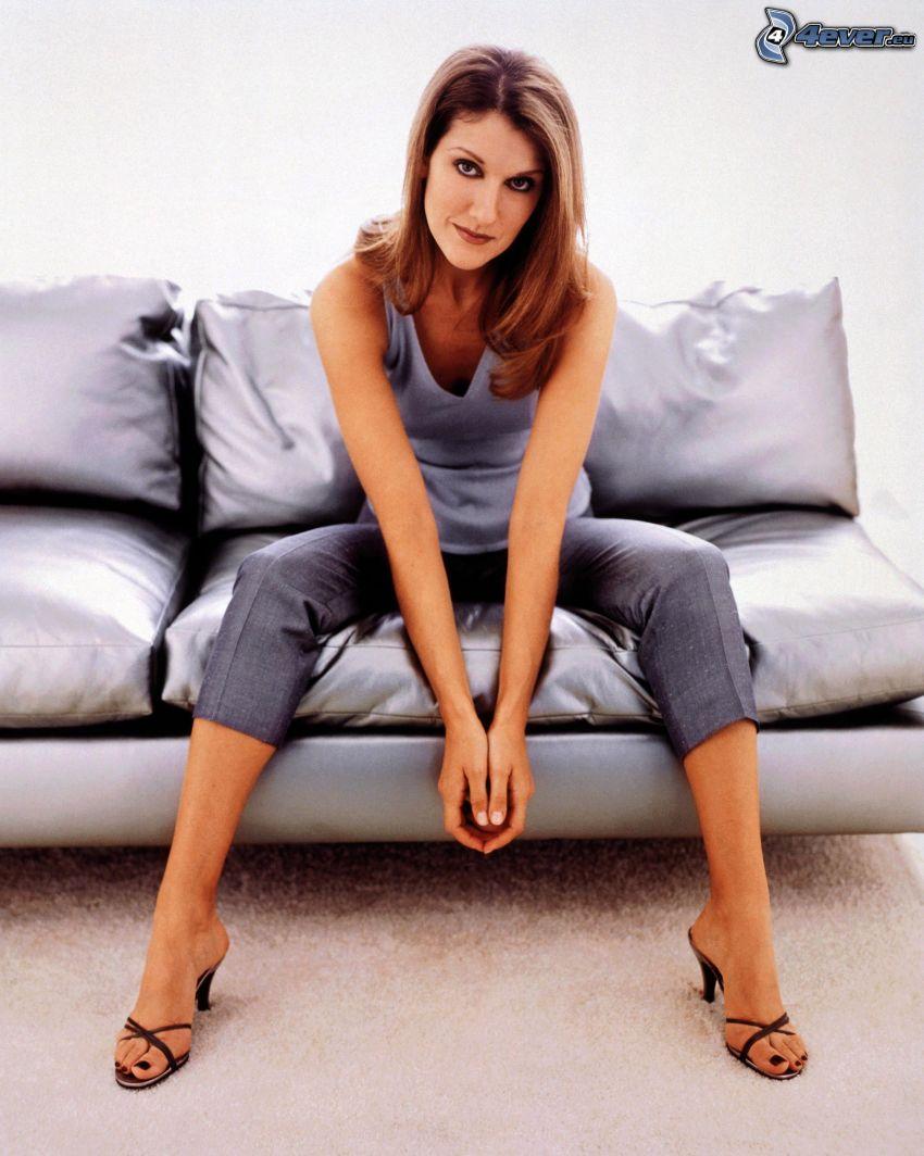 Celine Dion, mujer en el sofá