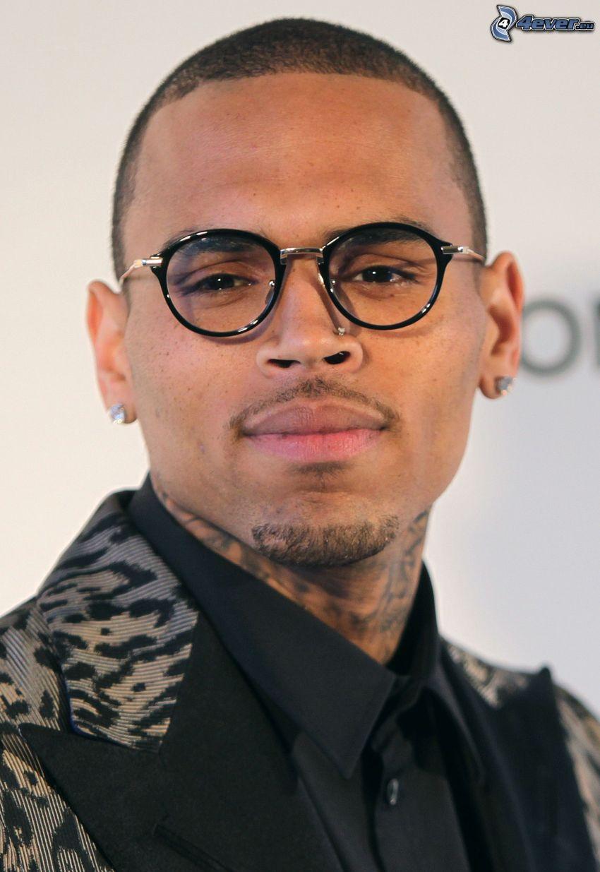 Chris Brown, el hombre con las gafas