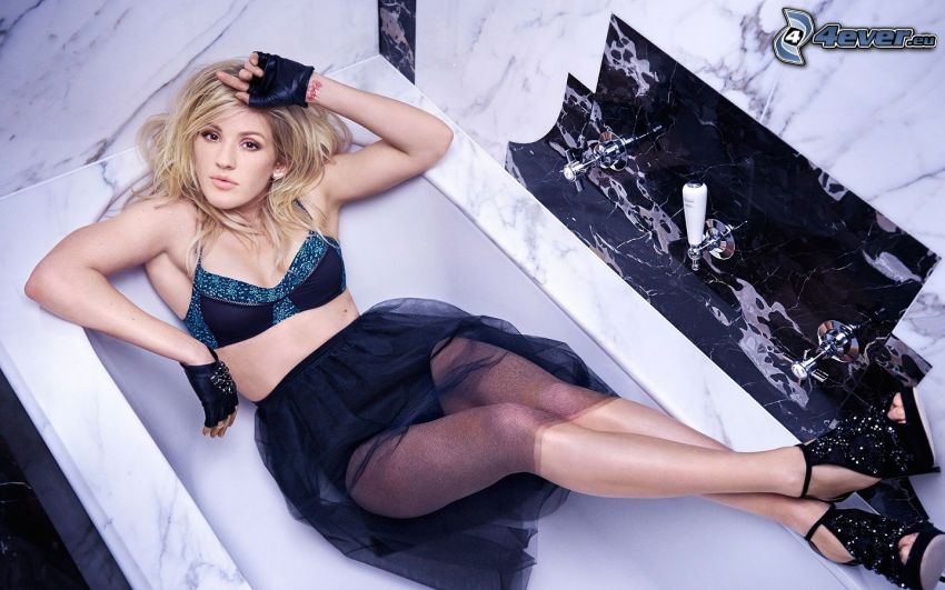 Ellie Goulding, falda negra