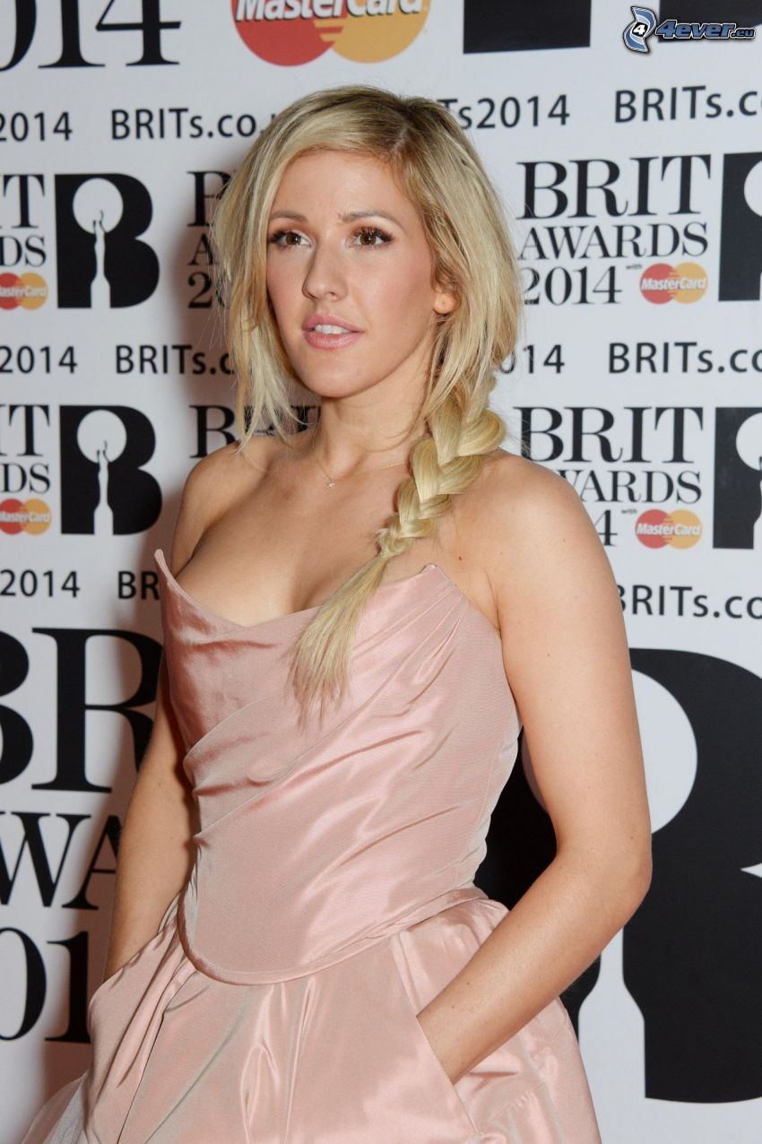 Ellie Goulding, mirada, vestido beige