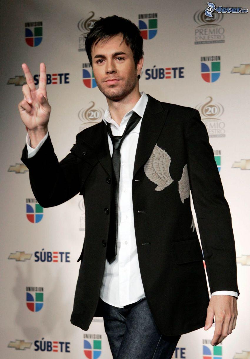 Enrique Iglesias, hombre en traje, paz