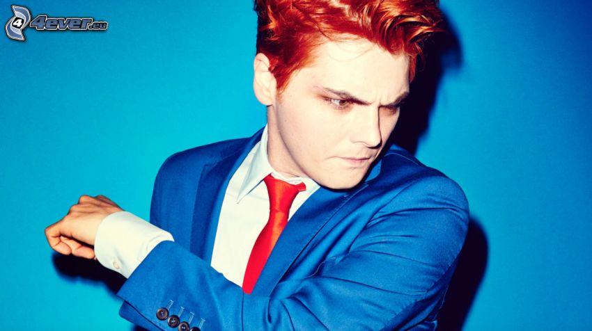 Gerard Way, pelo rojo, hombre en traje