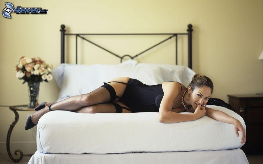 Jennifer Lopez, tirantes, morena en la cama