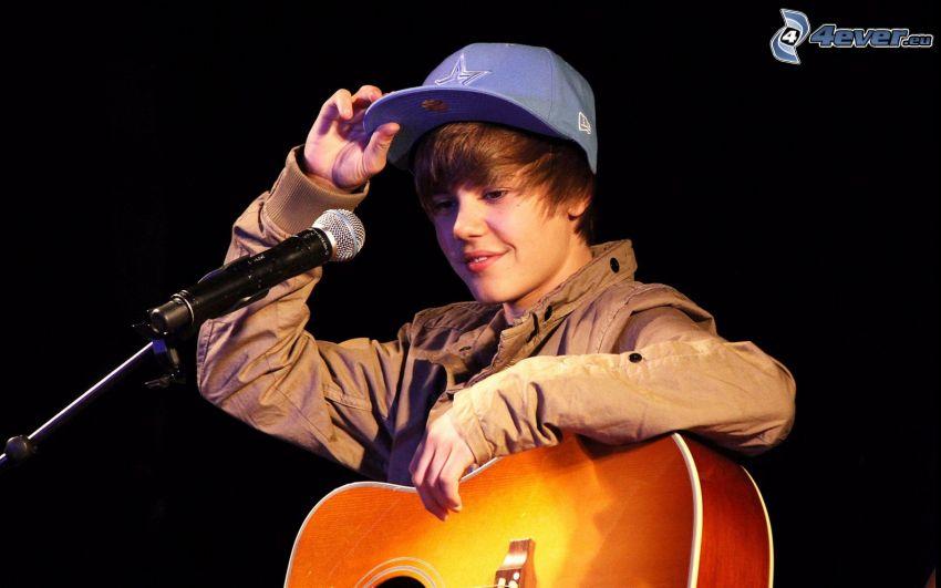 Justin Bieber, micrófono, guitarra, gorro