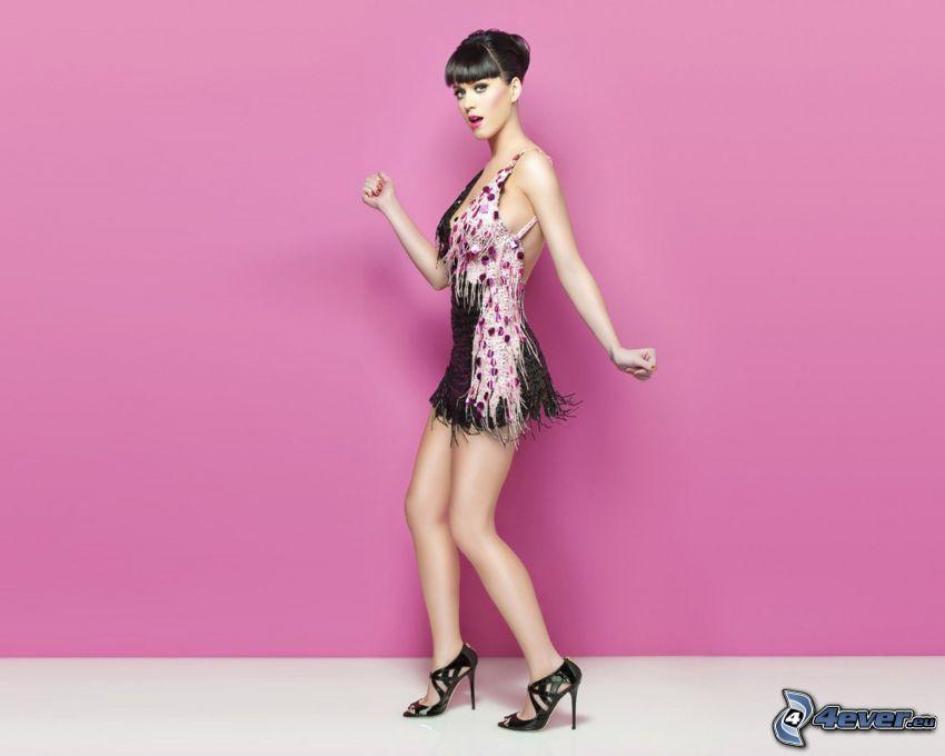 Katy Perry, minivestido, fondo de color rosa