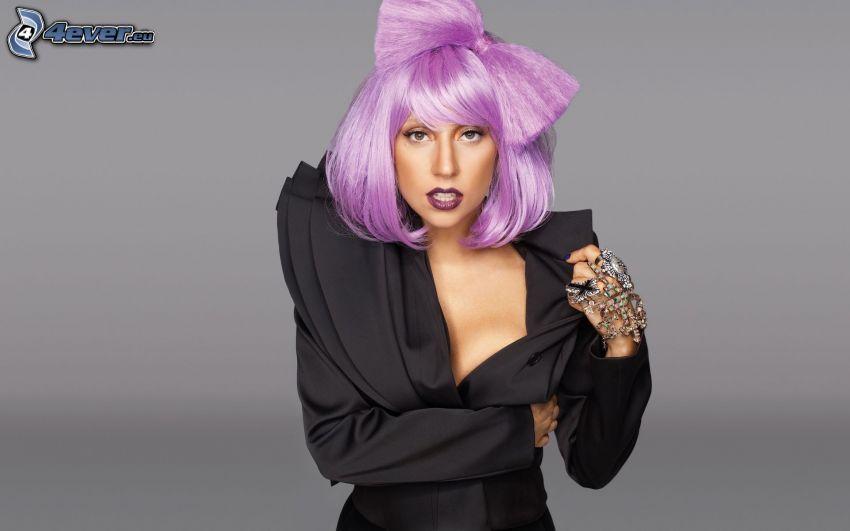 Lady Gaga, pelo morado, vestido negro