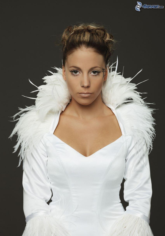 LaFee, vestido blanco