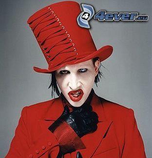 Marilyn Manson, labios rojos, sombrero