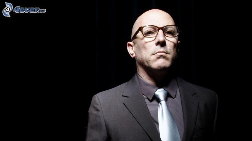 Maynard James Keenan, el hombre con las gafas, hombre en traje
