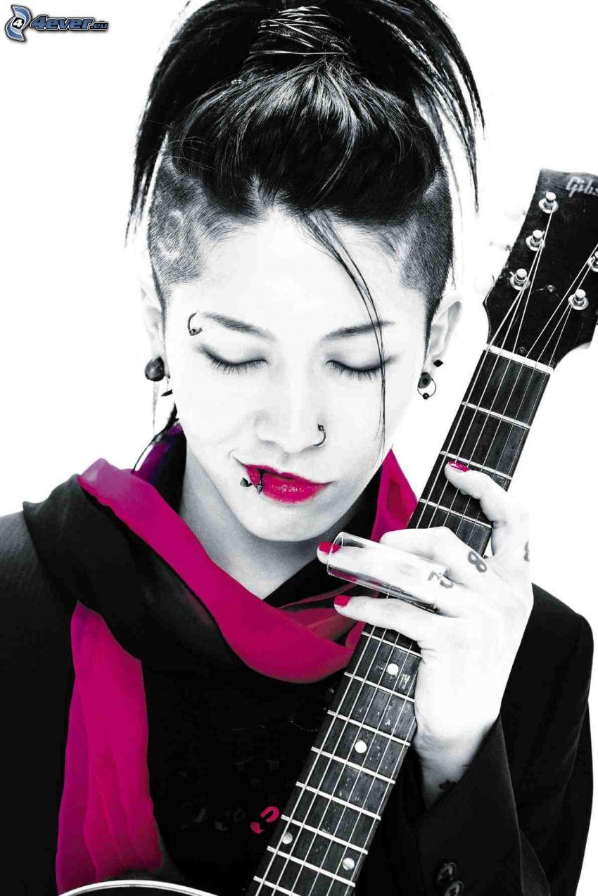 Miyavi, chica con guitarra