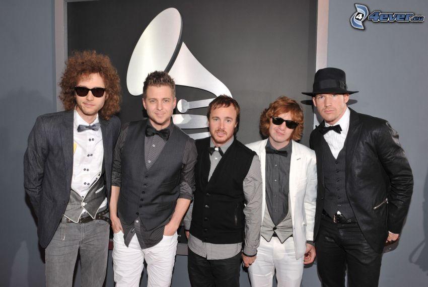 OneRepublic, hombres de traje, gramófono