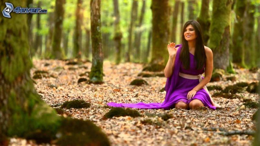 Paula Seling, bosque, vestido púrpura