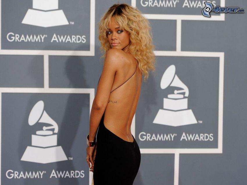 Rihanna, espalda, vestido negro