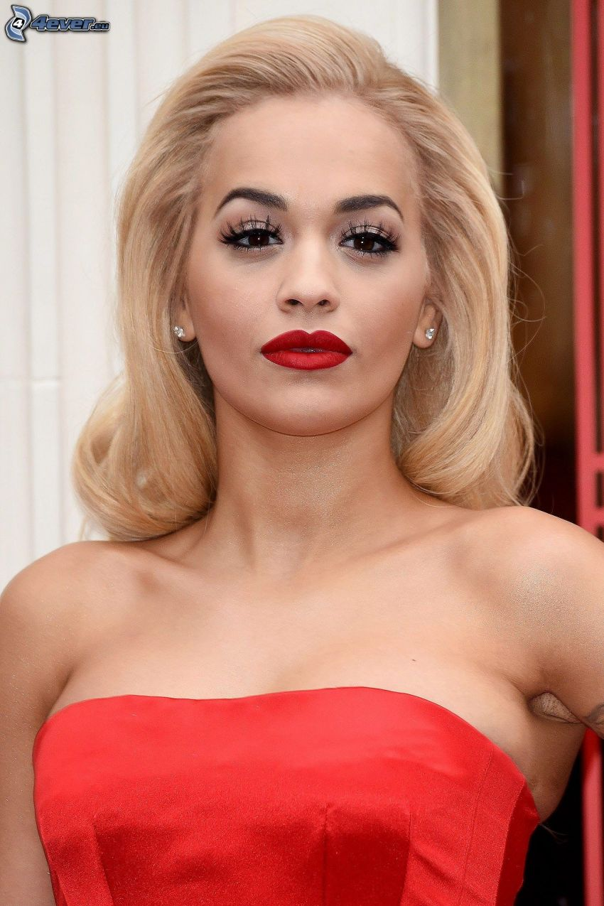 Rita Ora, labios rojos