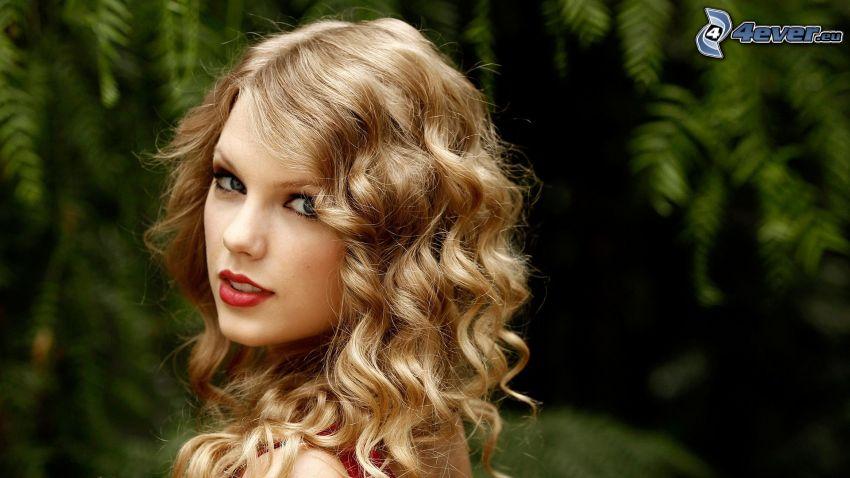 Taylor Swift, rubia rizada