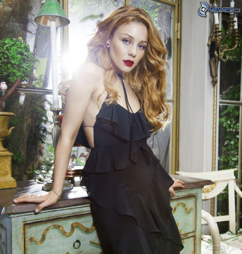 Tina Karol, vestido negro, labios rojos