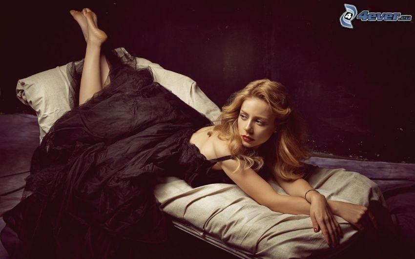 Tina Karol, vestido negro, mujer en la cama